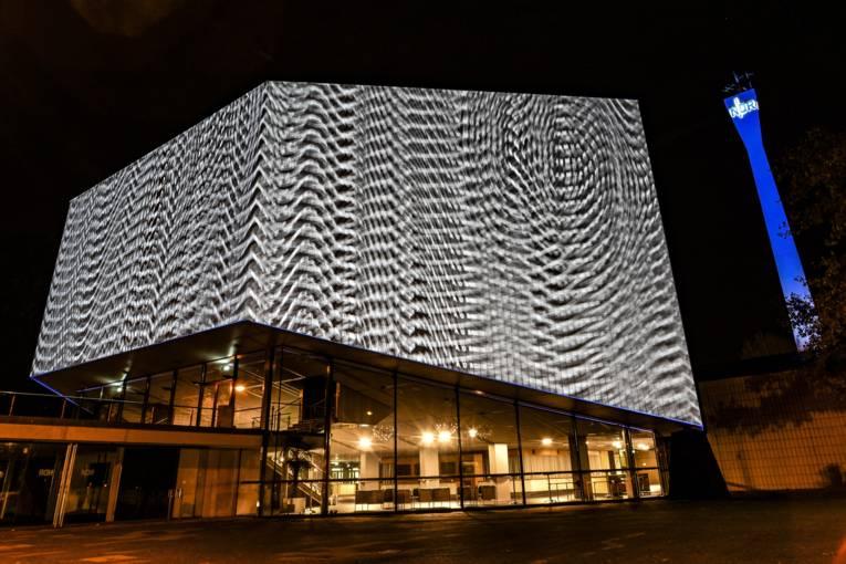 """Gebäude mit dem sich immer wiederholenden weißen Schriftzug """"Klangraum"""""""
