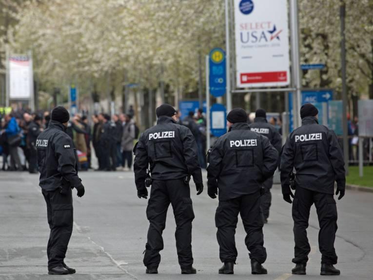 Männer in Polizeiuniformen