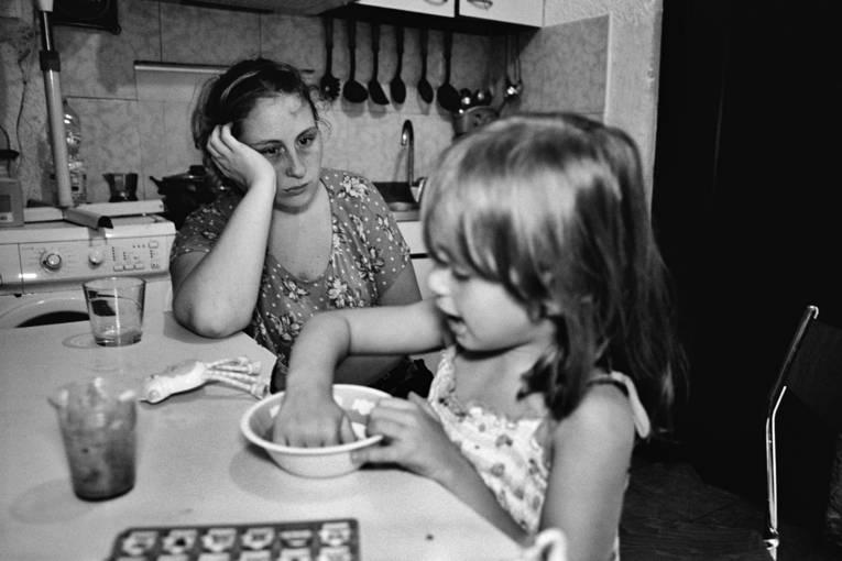 Frau und Mädchen an einem Küchentisch