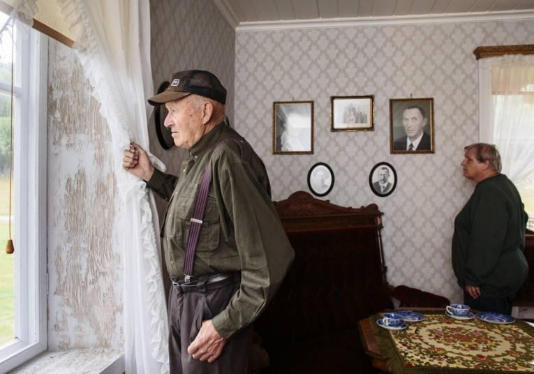 Alter Mann und alte Frau in einem Wohnzimmer