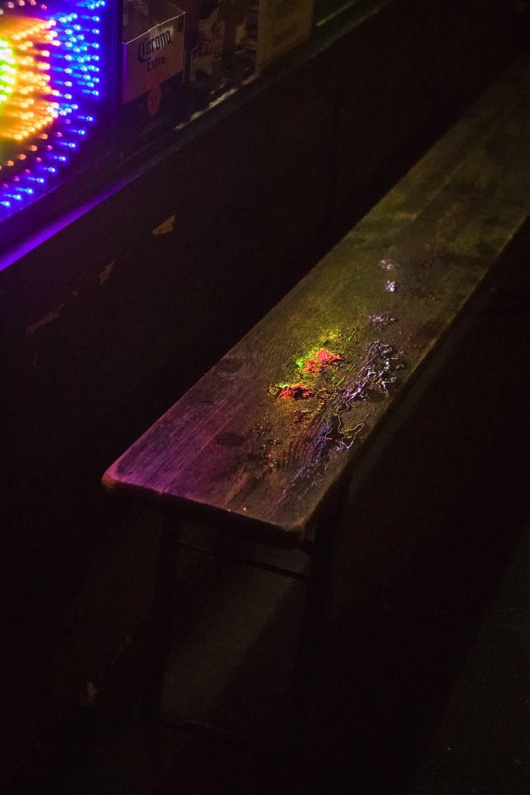 Beschmutzte Holzbank