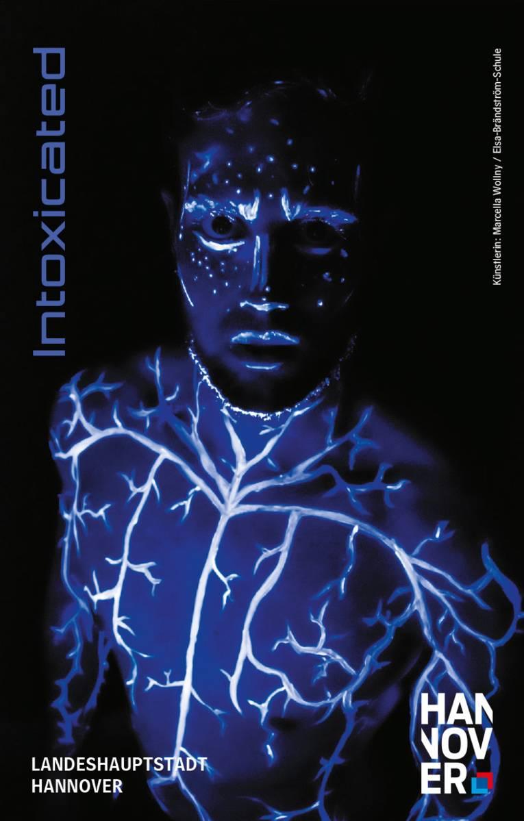 """Zeichnung einer menschlichen Gestalt im Dunkeln, deren Blutgefäße mit weißer und blauer Farbe leuchten; daneben links der Schriftzug """"Intoxicated""""."""