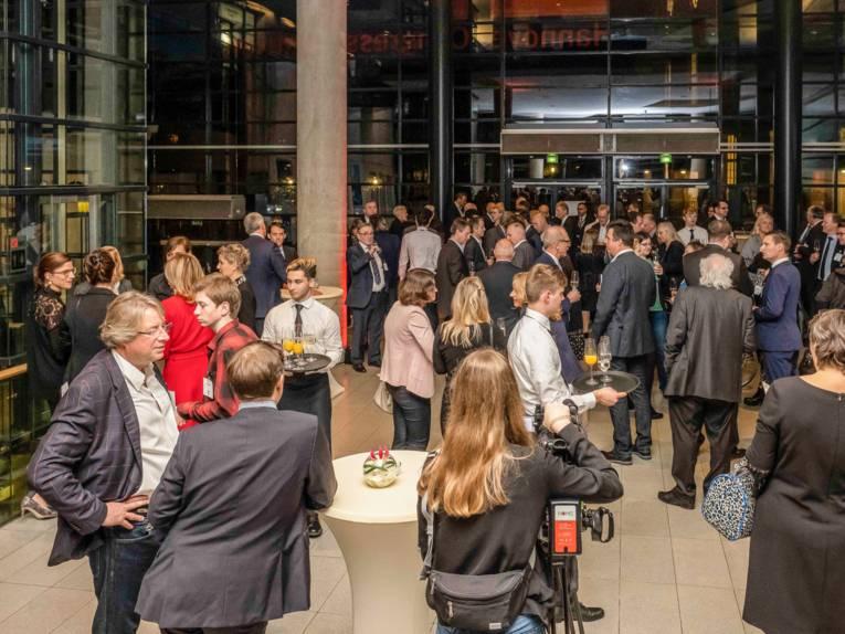 Eine große Zahl Menschen im Foyer eines Gebäudes