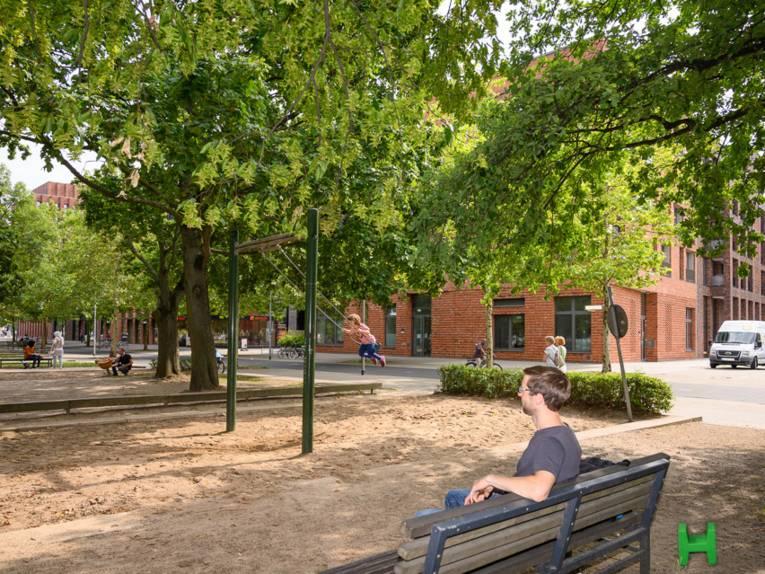 Person auf einer Bank im Park.