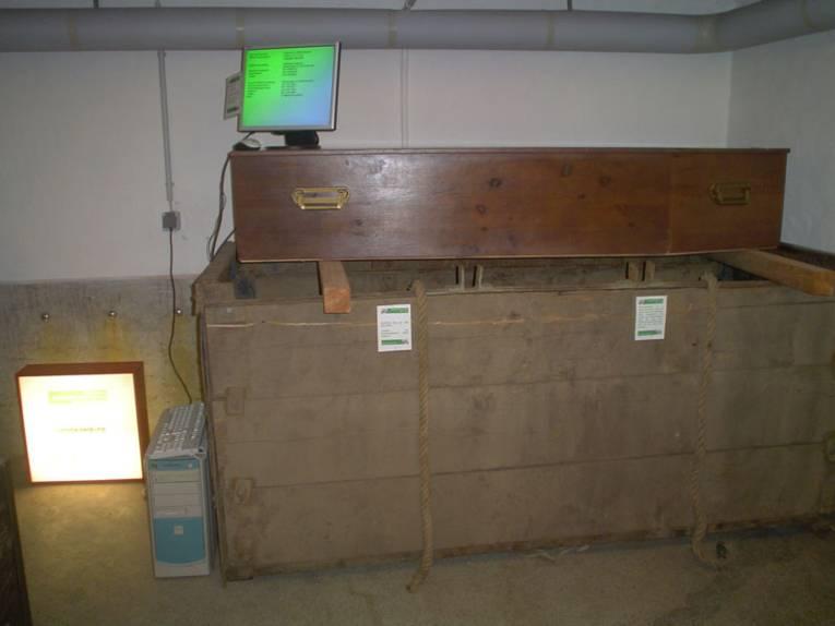 US-Sarg auf Grabverbaukasten