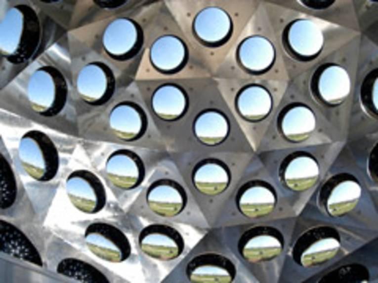 Stilisiertes begehbares Insektenauge aus Metall