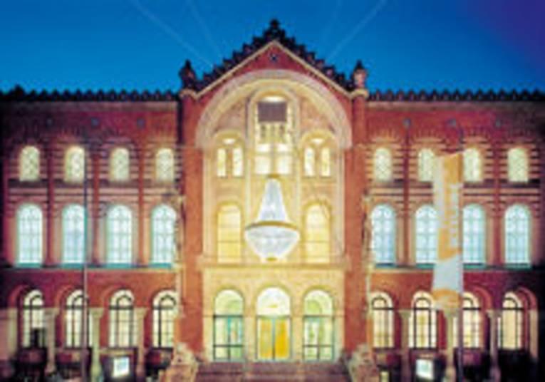 Das Künstlerhaus Hannover mit dem großen Außenleuchter von Stephan Huber