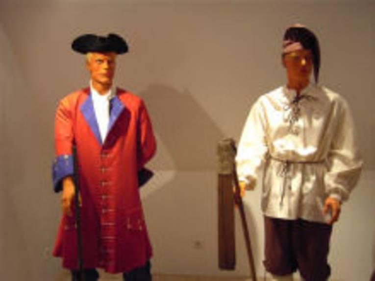 """In der Ausstellung """"das Große Freie"""" werden unter anderem historische Kleidungsstücke an lebensgroßen gezeigt."""