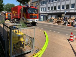 Autos der Feuerwehr Hannover vor zerstörtem Mobiliar.