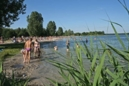 Familien am Badestrand des Altwarmbüchener See