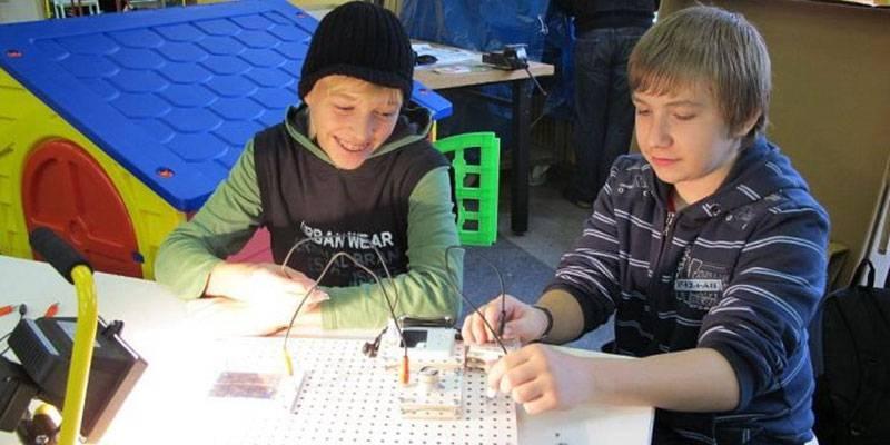 Zwei Schüler experimentieren an einem Tisch im Energie-Lab
