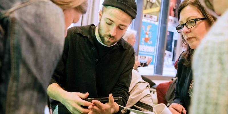 Die kreativen Teilnehmer*innen tauschen sich in intensiven Gesprächen aus.