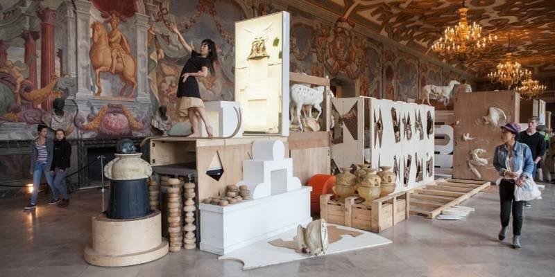 Menschen umwandern die Installation der Needcompany in der Galerie