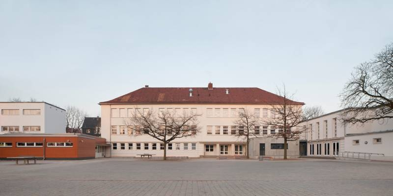 Der Altbau der GS Wasserkampstraße (Stadtteil Kirchrode) erhält eine neue Ziegeldacheindeckung sowie einen außenliegenden Sonnenschutz