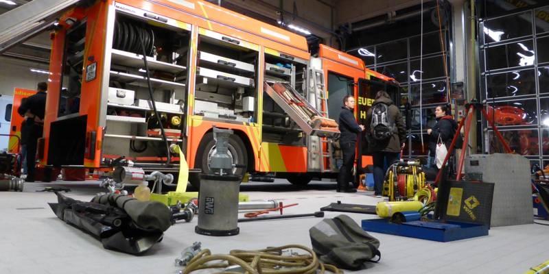 Die komlpette Beladung eines Löschfahrzeuges wird in der Fahrzeughalle präsentiert