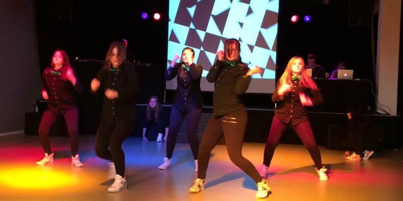 junge Mädchen tanzen auf einer Bühne zu Hip Hop Musik