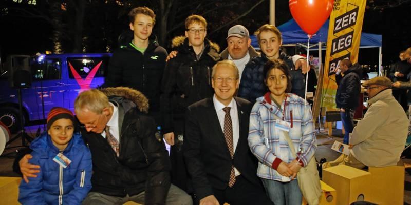Oberbürgermeister Stefan Schostok und Sozialdezernent Thomas WalterKindern und Jugendlichen umringt.