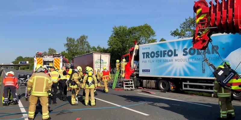 Einsatzkräfte der Feuerwehr Hannover bei einem Auffahrunfall zweier LKW auf der Bundesautobahn 2