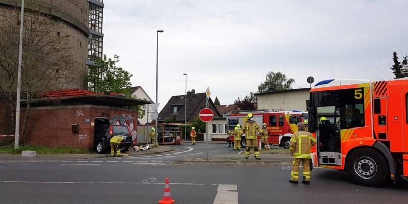 Einsatzkräfte der Feuerwehr Hannover bei einem Verkehrsunfall