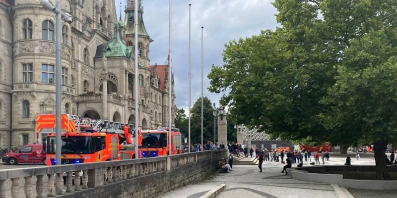 Die Feuerwehr Hannover steht vor dem Neuen Rathaus
