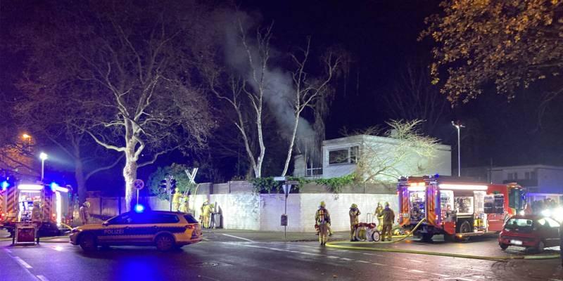 Aus einem Haus kommt Rauch. Autos von Feuerwehr und Poliezi sind zu sehen.
