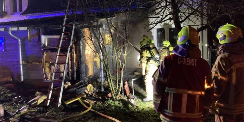 Feuerwehrkräfte löschen einen Brand
