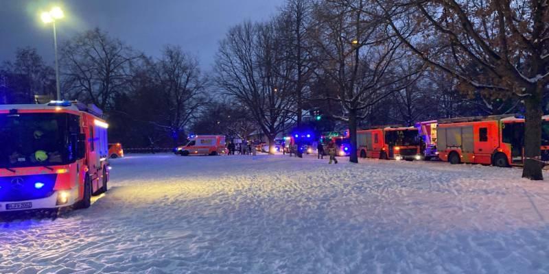 Viele Feuerwehrautos auf einer zugeschneiten Fläche