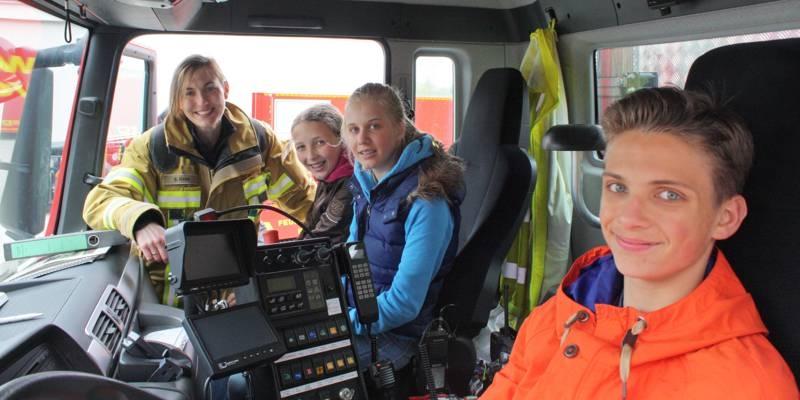 Feuerwehrfrau Stefanie Höhn erklärt den Feuerwehr-Kids die Funktion des Gerätewagens zur Ölschadenbekämpfung.