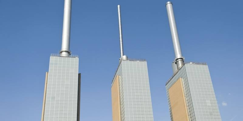 Ansicht der drei Kraftwerkstürme des Gas- und Dampfheizkraftwerks in Hannover-Linden