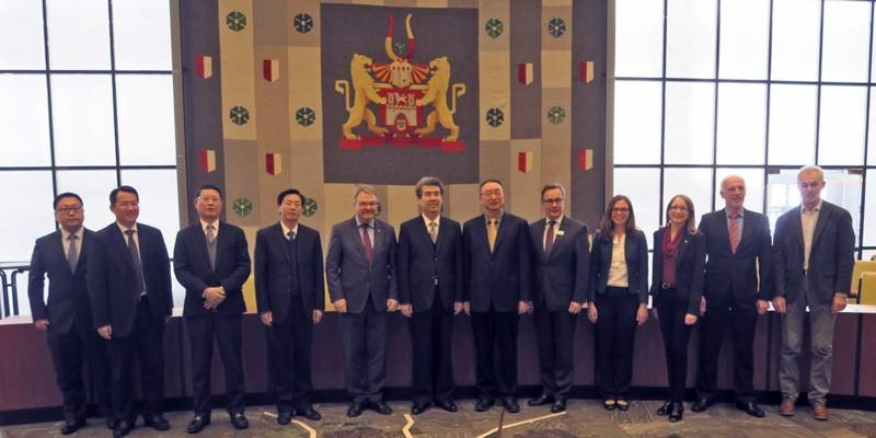 Bürgermeister Hermann mit der Delegation aus der Stadt Shenzhen im Ratssaal