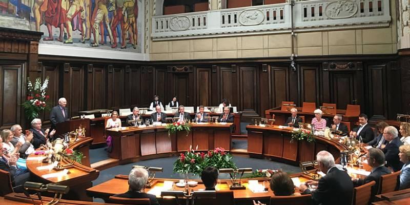 Vortragender und Zuhörende im Hodlersaal des Neuen Rathaus