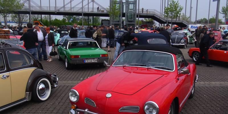 Zuschauer sehen sich alte Autos an.