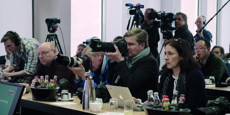 Mehrere Menschen bei Pressekonferenz