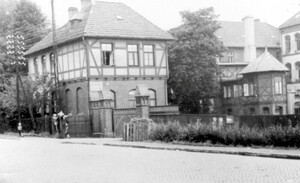 Entrance area of the Jewish Gardening School, c.1939. From left: gatekeeper's lodge, in front of it the entrance gate, main building, connecting building, principal's house