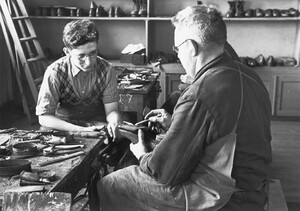 Shoemaker Heinrich Germer and apprentice Jacob Heimann in 1938. The shoemakers' workshop was located on the ground floor of the gatekeeper's lodge.