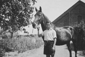 The horse firmly under control, apprentice Herbert Bieberfeld in Ahlem, c. 1936. On the right the western side of the barn, on the left in the background: building of the Continental Factory in Limmer.