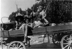 """Finishing time"" around 1937. Ilse Buchholz (later Deborah Bakschitzky, back left) emigrated to Palestine in 1939, Trudel Wertheim (later Trudy Galetzka, back right) emigrated to Great Britain in 1939."