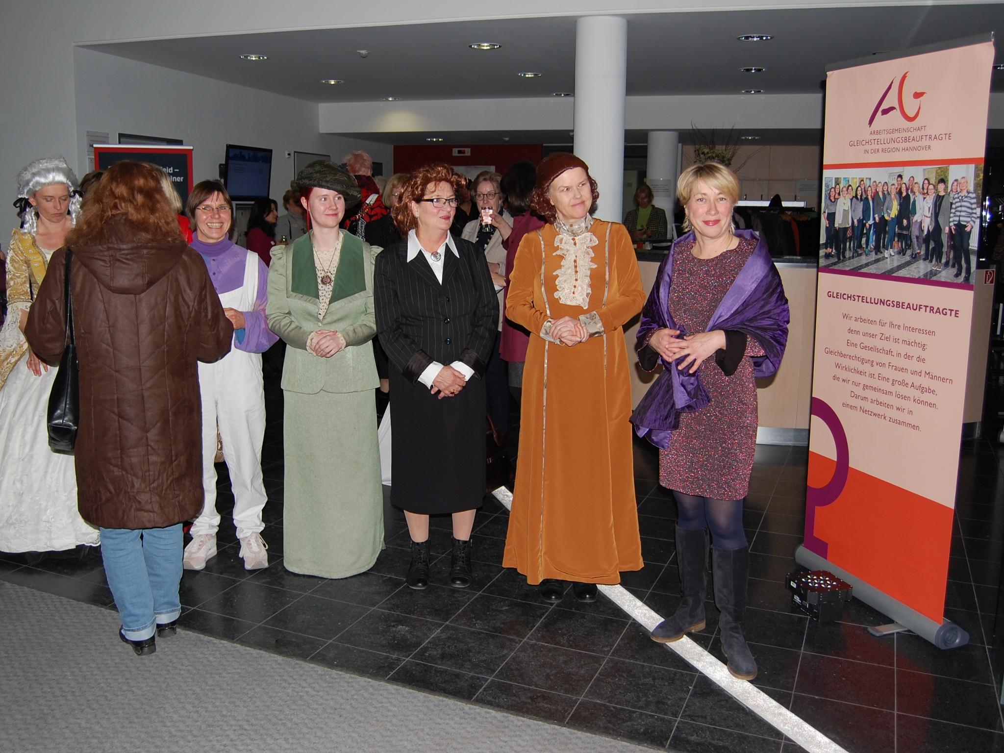 Frauen mit historischen Kostümen.