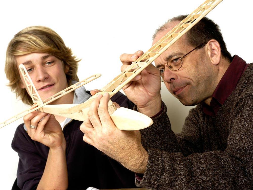 Ein Mann und ein Jugendlicher mit einem Modellflugzeug.