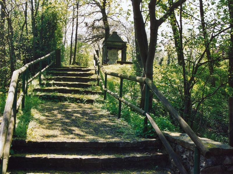 Spazierweg mit Stufen zum Herzog-Albrecht-Denkmal