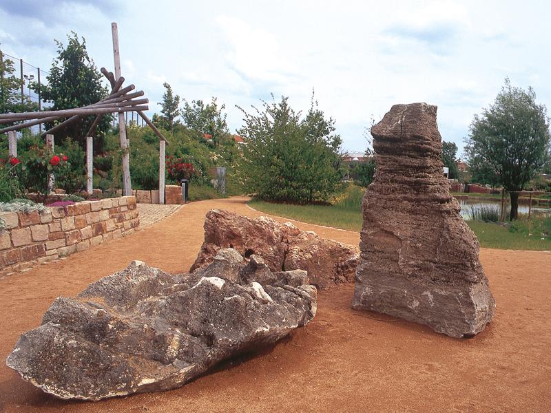 Zwei grosse, bekletterbare Steine