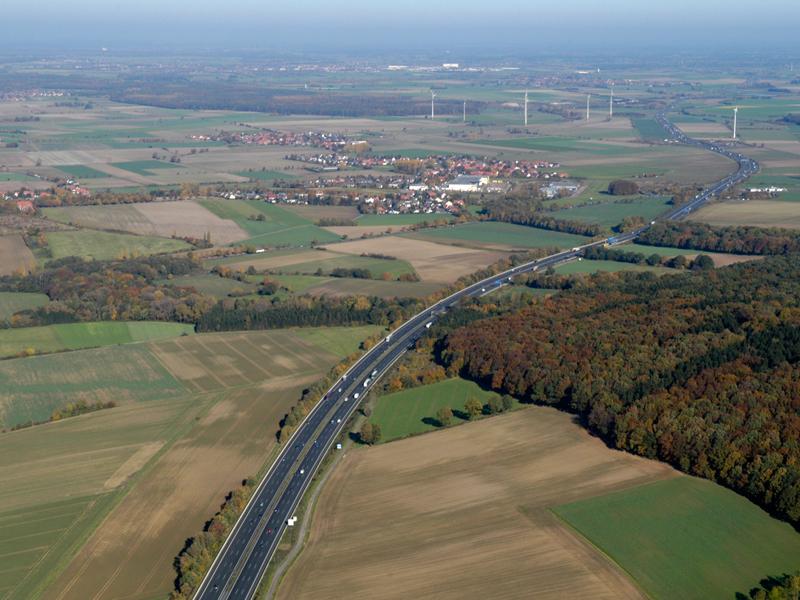 Luftaufnahme der Autobahn A2 und der umgebenden Landschaft