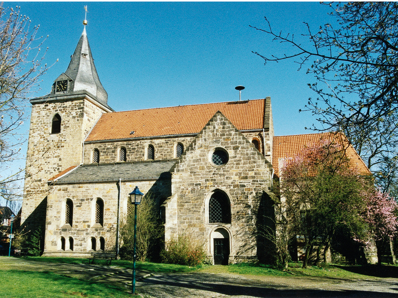 Backsteinkirche mit großem Kirchenschiff, Seitenschiffen und Turm