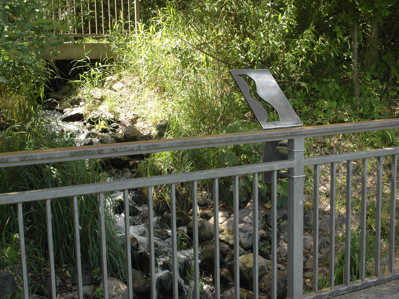 Metalltafel, montiert an einem Brückengeländer