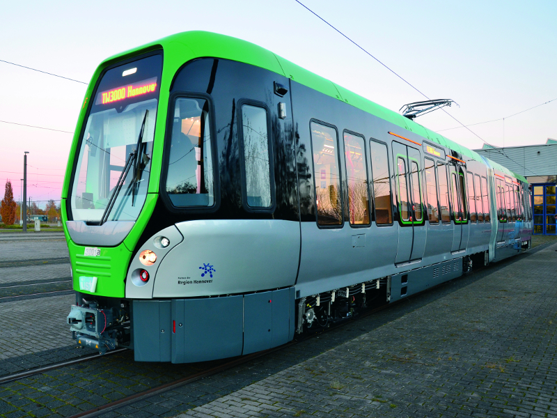 Neuer Stadtbahnwagen seitlich von vorne fotografiert.