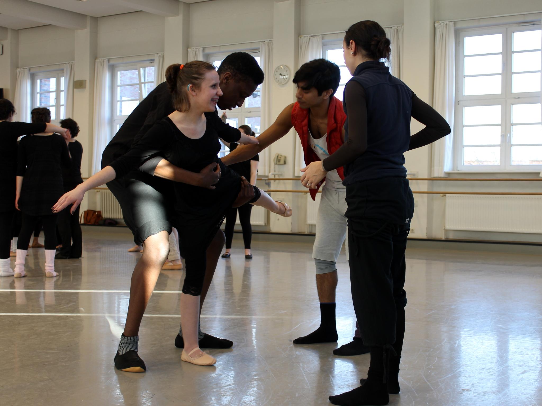 Jugendliche üben in einem Ballettsaal.