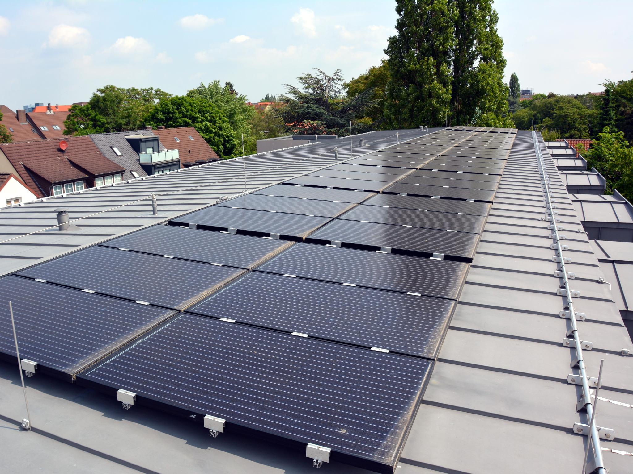 Solarkollektoren auf einem Metalldach.