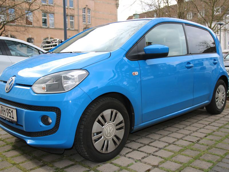 Blauer VW UP