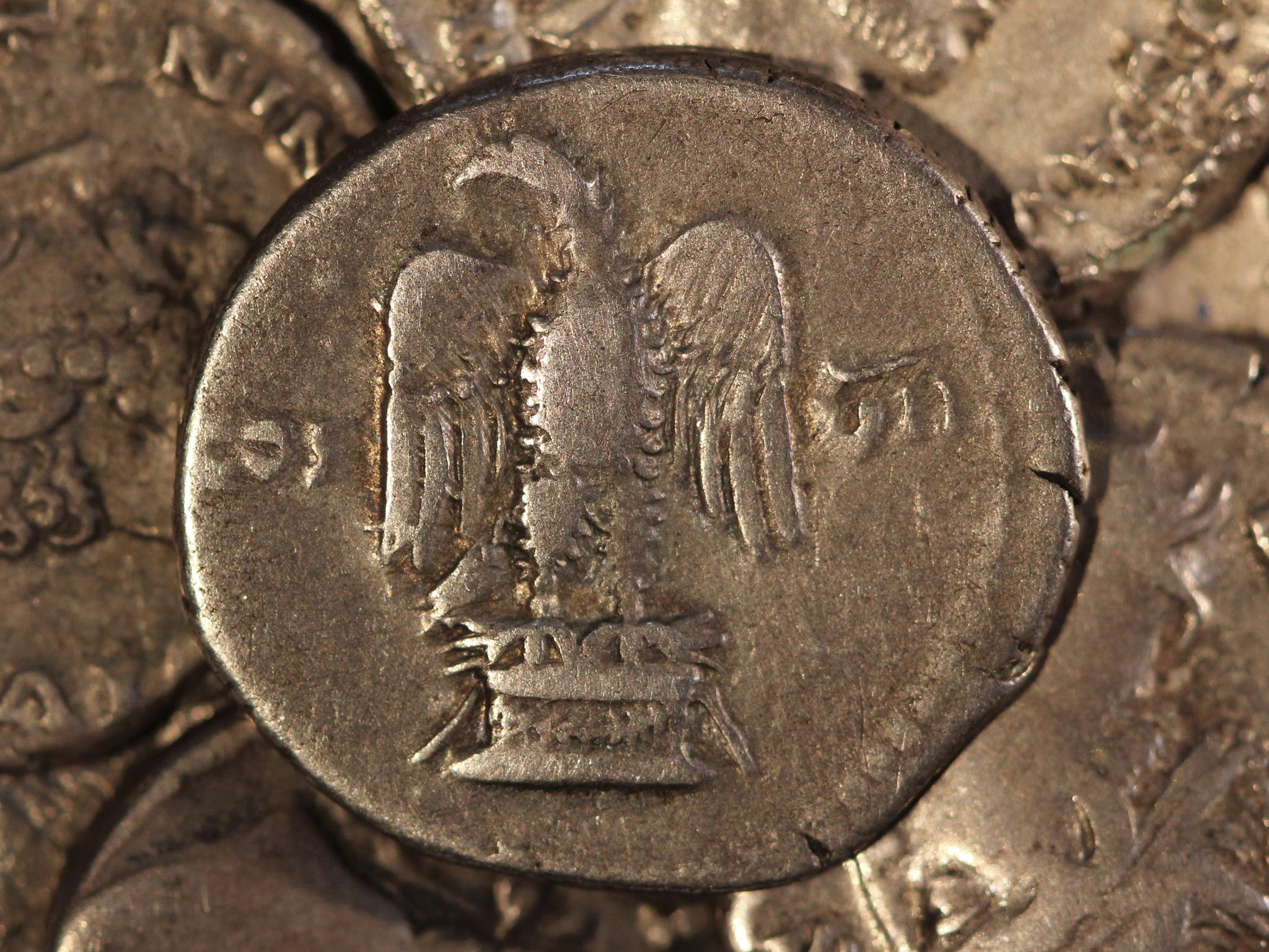 alte römische Münze mit einem Adler, der auf einem Podest steht