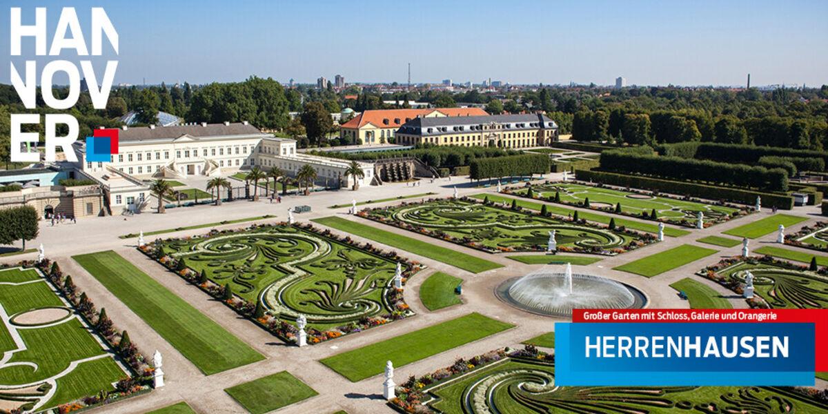 Der Große Garten in Herrenhausen aus der Luft betrachtet, im Bild sind auch das Schloss, die Galerie und die Orangerie